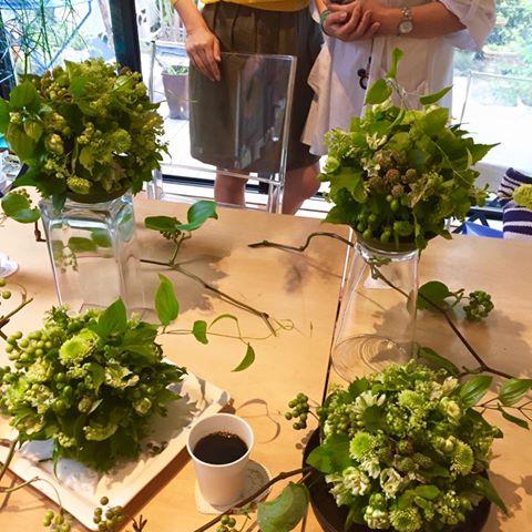 ワークショップ Green Berry Ball 爽やかなグリーンの実たっぷり グリーンのバラも。 本日はフラワーアレンジメント初参加の方もいらして、なかなか良い出来栄えでビックリ!