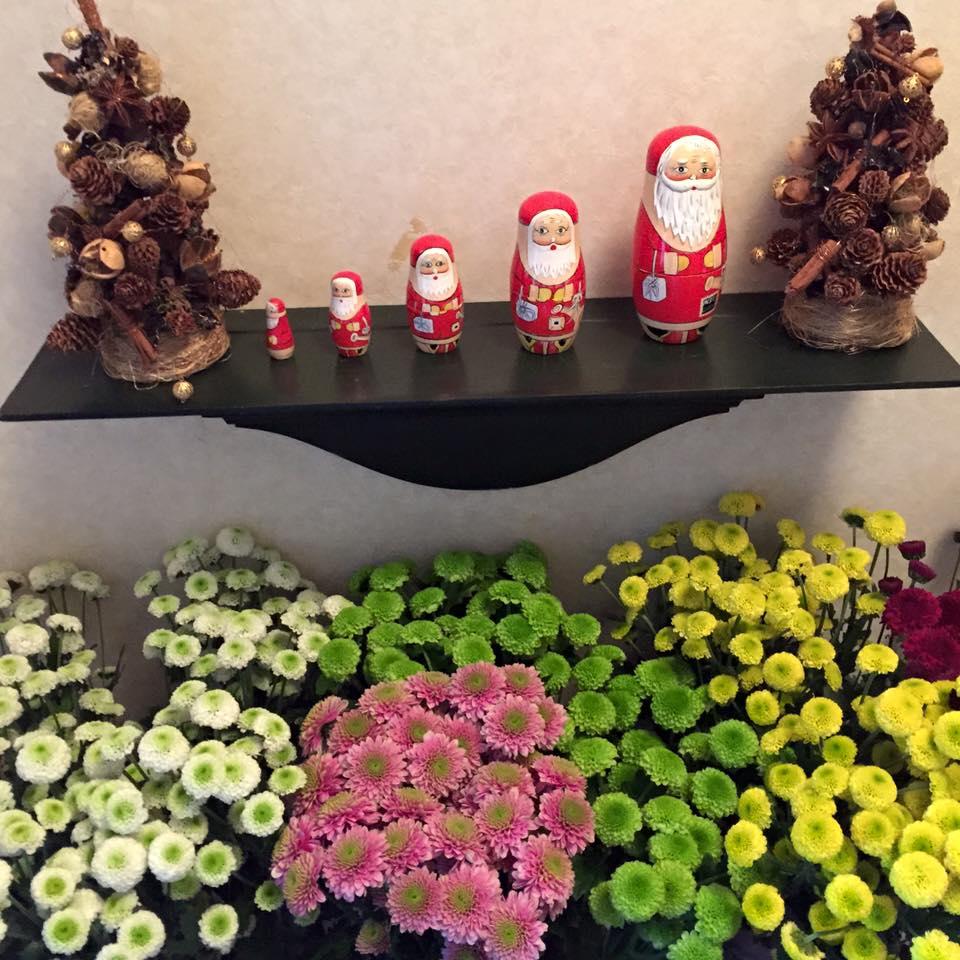 Z-Flower Design+_Xmasの飾りとその下に正月用のマム(菊)_2015