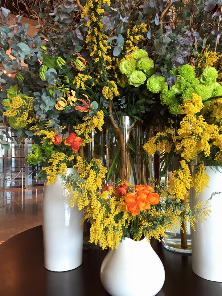 Z-Flower Design+_仕事先の東京丸の内のホテルでミモザの生け込み_2016