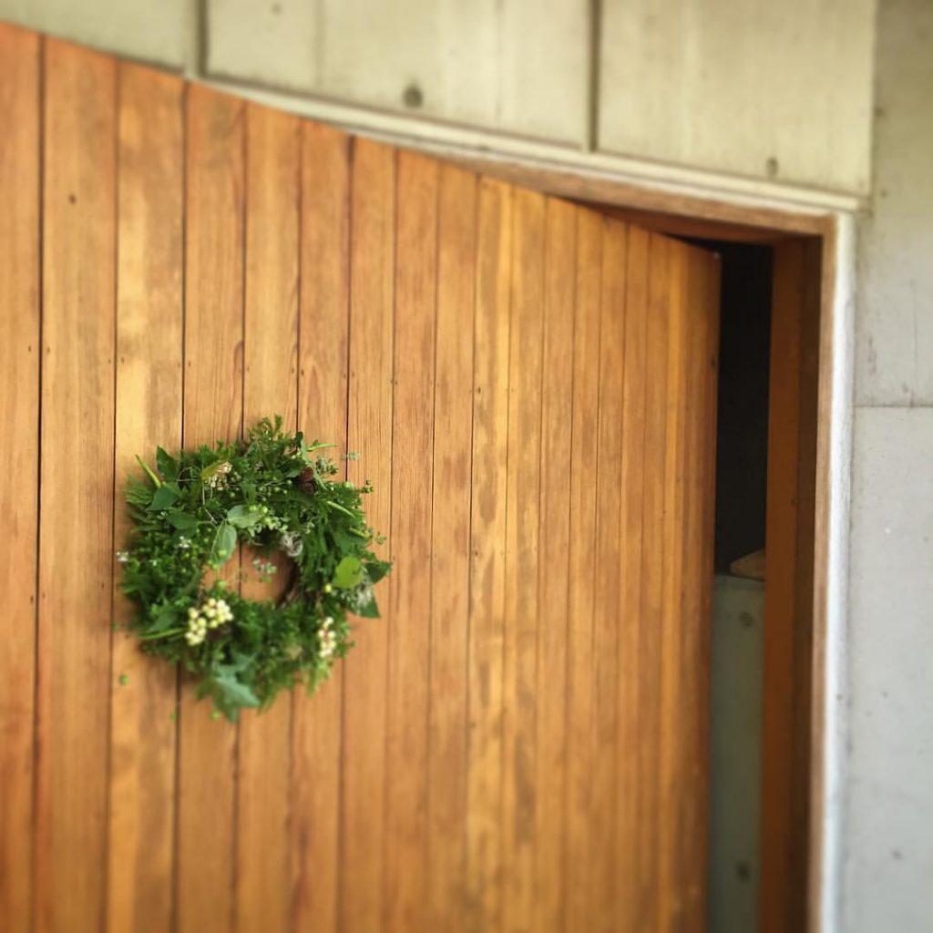 Z-Flower Design+_軽井沢で夏のイベントで完成したリースをドアに飾る_2016