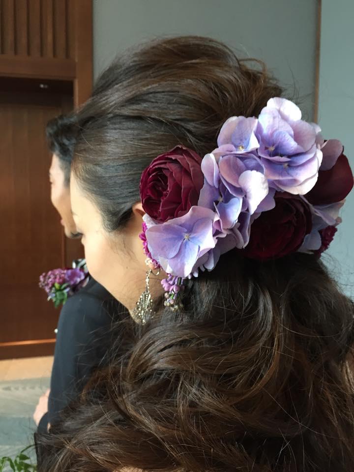 Z-Flower Design+_新婦の髪を飾る花と新郎の胸元につけるブートニアの花はブーケとお揃い_2015