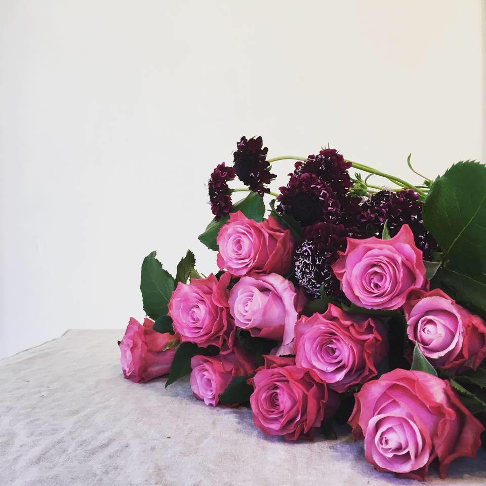 Z-Flower Design+_ボルドー色のは西洋マツムシソウ=スカビオサで色はピンク、白、淡い紫など_2015